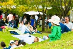 Famílias novas em um piquenique do parque imagem de stock royalty free