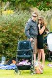 Famílias novas em um piquenique do parque fotos de stock royalty free