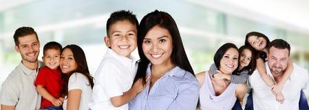 Famílias novas felizes imagens de stock royalty free