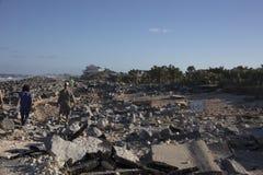 Famílias que andam abaixo da estrada velha destruída de A1A foto de stock