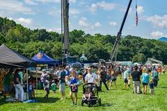 Famílias que apreciam o evento anual do Toque-UM-caminhão fotos de stock