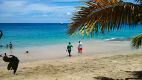 Famílias que apreciam o mar na mais baixa baía, Bequia imagens de stock royalty free