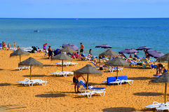 Famílias que apreciam o sol na praia de Albufeira imagens de stock