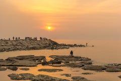 Famílias que apreciam um por do sol colorido agradável em Byblos no custo de Líbano, Médio Oriente foto de stock royalty free