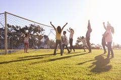 Famílias que cheering marcando um objetivo durante um jogo de futebol fotografia de stock royalty free