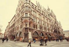 Famílias que compram em lojas perto da câmara municipal nova do estilo neogótico histórico - Neues Rathaus munich imagem de stock royalty free