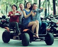 Famílias que conduzem a excursão grande imagens de stock