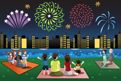 Famílias que olham fogos-de-artifício em um parque ilustração royalty free