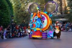 Famílias que olham a parada de Disney foto de stock royalty free