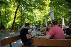 Famílias que têm o almoço em um biergarten imagem de stock royalty free