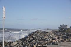 Famílias que veem a destruição do furacão Matthew foto de stock