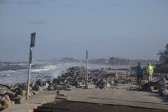 Famílias que veem a destruição na estrada velha de A1A imagem de stock royalty free