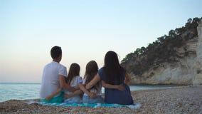 Fam?lia bonita feliz com as crian?as na praia video estoque
