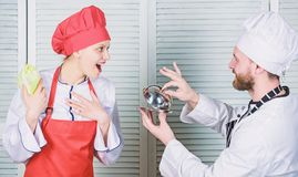 Fam?lia culin?ria Mulher e homem farpado que cozinham junto Cozinhando a refei??o exclusiva Junte-se ao estilo de vida gourmet de fotografia de stock royalty free