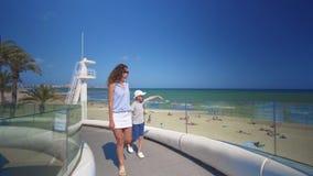 Fam?lia feliz ao ar livre caminhada da mãe e do filho perto do mar vídeos de arquivo
