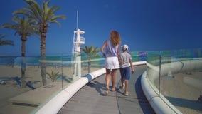 Fam?lia feliz ao ar livre caminhada da mãe e do filho perto do mar video estoque