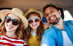 Fam?lia feliz curso da viagem do ver?o no auto pelo carro na praia imagens de stock royalty free