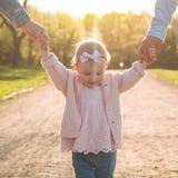 Fam?lia feliz Mãe, pai e filha na natureza no por do sol imagens de stock