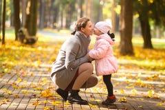 Fam?lia Matriz e filha no parque do outono M?e com a crian?a em exterior fotos de stock royalty free