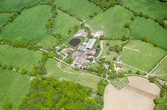 Fam och odlingslottar i Surrey, flyg- sikt Royaltyfri Fotografi