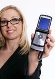 Famale, das ein geöffnetes Schlagtelefon anhält Lizenzfreie Stockfotografie