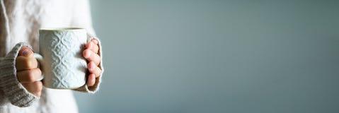 Famale entrega guardar uma caneca feito a mão cerâmica acolhedor com coffe Conceito home do tempo do inverno e do Natal lifestyle imagem de stock royalty free