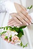 Famale-Hände mit einer Hochzeitsmaniküre Stockbilder