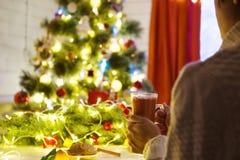 Famale räcker att rymma ett hemtrevligt keramiskt handgjort rånar med coffe Vintern och jul returnerar tidbegrepp livsstil royaltyfria bilder