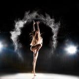 Famaleballetdanser het stellen op stadium in theater Stock Afbeeldingen