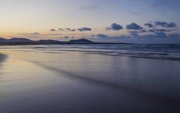 Famara-Strand, Lanzarote, Atlantik bei Sonnenuntergang lizenzfreie stockfotos