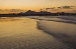 Famara-Strand, Lanzarote, Atlantik bei Sonnenuntergang lizenzfreies stockbild