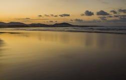 Famara-Strand, Lanzarote, Atlantik bei Sonnenuntergang lizenzfreie stockfotografie