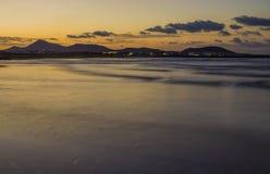 Famara-Strand, Lanzarote, Atlantik bei Sonnenuntergang lizenzfreie stockbilder