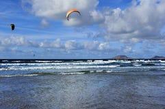 Flügel über dem Famara setzen, Lanzarote, Kanarische Inseln, Spanien auf den Strand Lizenzfreies Stockbild