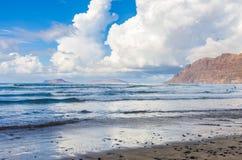 Famarastrand at low tide met de eilanden van archipel Chinijo op achtergrond stock afbeelding