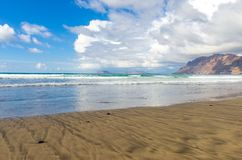 Famarastrand at low tide met de eilanden van archipel Chinijo op achtergrond royalty-vrije stock afbeeldingen