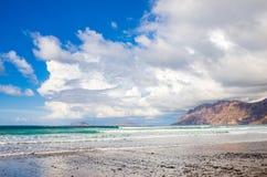 Famarastrand at low tide met de eilanden van archipel Chinijo op achtergrond stock foto's