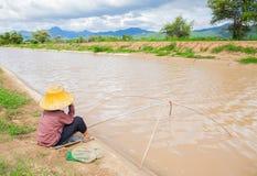Famer-Fischen neben Fluss in Nord-Thailand Lizenzfreies Stockbild