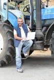 Famer stod vid traktoren Arkivfoto