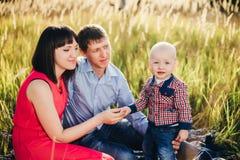 Famiglia abbastanza felice per una passeggiata nella caduta del parco Immagine Stock Libera da Diritti