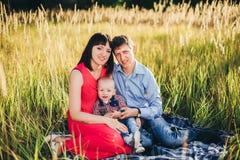 Famiglia abbastanza felice per una passeggiata nella caduta del parco Immagini Stock