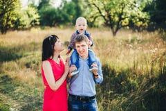 Famiglia abbastanza felice per una passeggiata nella caduta del parco Fotografia Stock Libera da Diritti