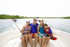 Famiglia adorabile che gode dell'estate immagine stock
