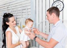 Famiglia adorabile insieme a casa Immagini Stock Libere da Diritti