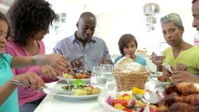 Famiglia afroamericana della multi generazione che mangia pasto a casa archivi video