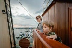 Famiglia al museo marittimo fotografia stock libera da diritti