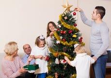 Famiglia all'albero di Natale Fotografia Stock