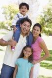Famiglia all'aperto che sorride Fotografie Stock