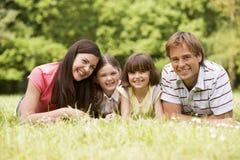 Famiglia all'aperto che sorride Immagini Stock Libere da Diritti