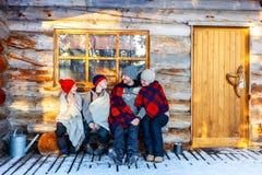 Famiglia all'aperto sull'inverno Fotografia Stock